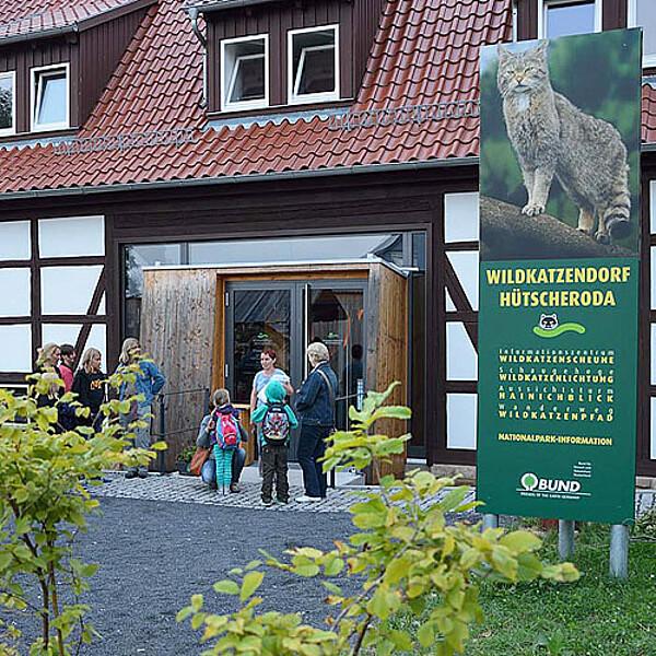 Foto: Eingang zur Wildkatzenscheune mit der Nationalpark-Information